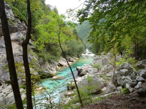 Wandelen langs de Soča rivier die je in Slovenie via de Soča Trail
