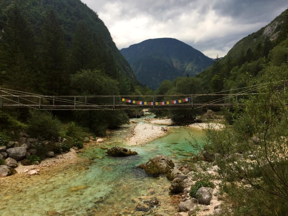 Wandelen langs de Soča rivier die je in Slovenië via de Soča Trail